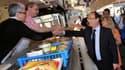 François Hollande sur le marché de Tulle. L'actuel chef de l'Etat a rencontré samedi à la mi-journée pendant trois quarts d'heure l'ancien président Jacques Chirac en son château de Bity, à Sarran, en Corrèze. /Photo prise le 21 juillet 2012/REUTERS/Pierr
