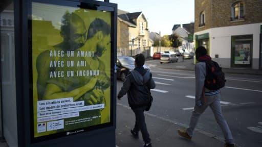 Les affiches, placardées aux abords d'école, ont été très décriées.