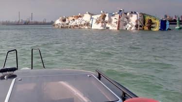 Couché sur le flanc depuis dimanche dernier à quelques centaines de mètres du port roumain de Midia, le navire devrait être prochainement renfloué.