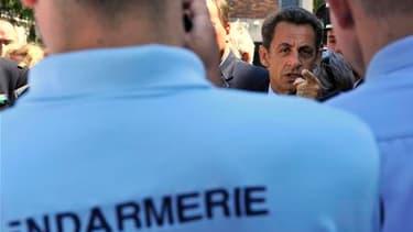 Nicolas Sarkozy à la Lamotte-Beuvron. Le chef de l'Etat s'est efforcé de rassurer des gendarmes inquiets sur leur avenir et leur statut militaire, 18 mois après leur intégration au sein du ministère de l'Intérieur. /Photo prise le 3 juin 2010/REUTERS/Phil