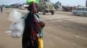 Une réfugiée somalienne à son arrivée à Mogadiscio. Les réfugiés somaliens pris entre famine et guerre civile exhortent les organisations internationales à augmenter la distribution de denrées, compromise par l'escalade des combats dans la capitale. /Phot