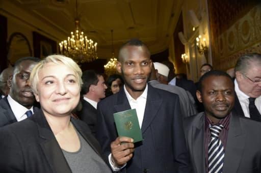 Lassana Bathily avec son passeport lors de la cérémonie de naturalisation le 20 janvier 2015 à Paris