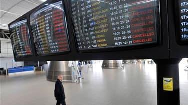 A l'aéroport de Sofia. Le trafic aérien est resté paralysé dimanche pour la quatrième journée consécutive dans une grande partie de l'Europe, bien que des vols d'essai opérés avec des avions vides n'aient révélé aucun signe de dommages et donnent donc des