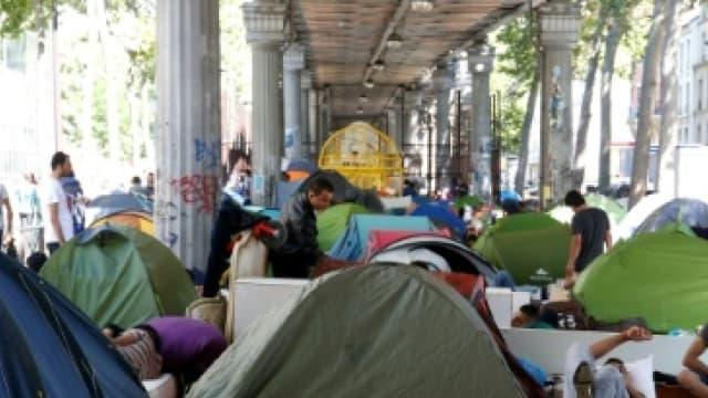 Des migrants installés dans leurs tentes dans un campement illégal, sous le métro de la station Jaurès à Paris, le 19 juillet 2016