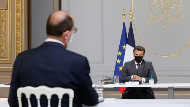 Le président Macron s'entretient avec son Premier ministre  Jean Castex lors d'une réunion du gouvernement, à l'Elysée, le 9 juin 2021