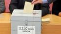 """Bureau de vote à Istanbul. Une nette majorité de 61% des électeurs ont voté """"oui"""" dimanche au référendum sur des réformes constitutionnelles en Turquie, sur la base des deux tiers des bulletins dépouillés, a rapporté la chaîne de télévision turque NTV. /P"""