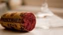 Traditionnellement, la bouteille de vin est en bonne place sur une table française.