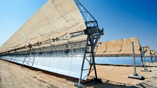 La centrale de Shams à Abou Dhabi est la plus grande centrale à concentration solaire au monde.
