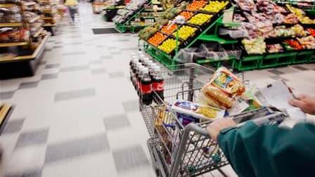 Près de la moitié des Français s'attendent à voir leur pouvoir d'achat diminuer au cours des mois à venir et un sur dix seulement envisage d'augmenter ses dépenses courantes, montre vendredi un sondage Viavoice. /Photo d'archives/REUTERS/Brian Snyder
