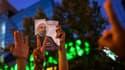 """Partisans de Hassan Rohani célébrant l'annonce de sa victoire à la présidentielle iranienne, samedi à Téhéran. Ce dignitaire religieux """"modéré"""" s'est gardé de tout triomphalisme après sa victoire surprise dès le premier tour du scrutin et il a prévenu dim"""