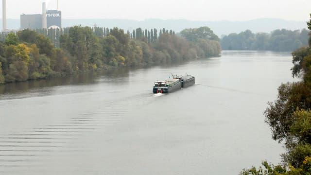 Un bateau circule sur la Seine, le 11 octobre 2007 à Rouen