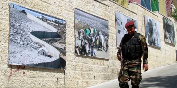 Un membre des forces de sécurité palestiniennes dans les rues de Bethléem, le 23 mai, à proximité du camp de réfugiés que visitera le pape François.