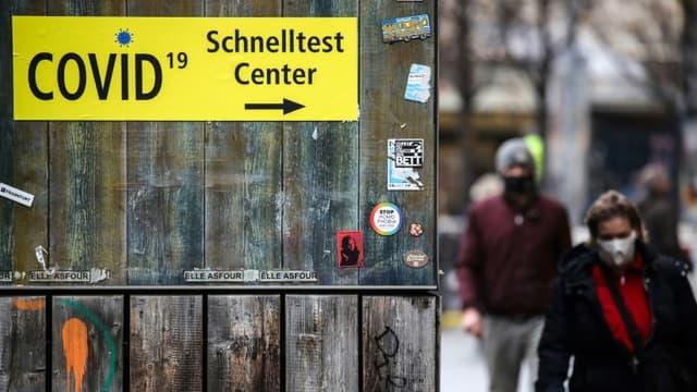 Un panneau indique la direction d'un centre de dépistage rapide contre le Covid-19 à Francfort, en Allemagne, le 16 décembre 2020. (Photo d'illustration)