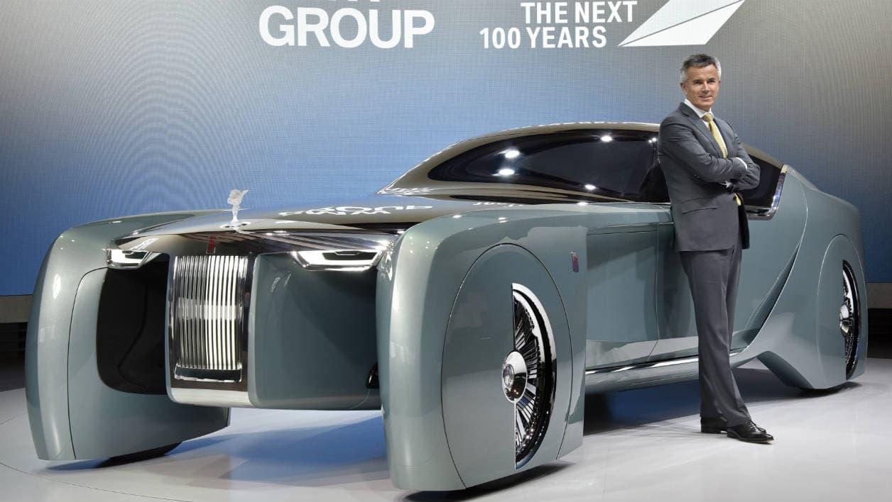 Le concept se base sur un châssis de Phantom rallongée à 5,90 mètres de long, contre lequel est ici appuyé le patron de Rolls-Royce, Thorsten Müller-Ötvös.