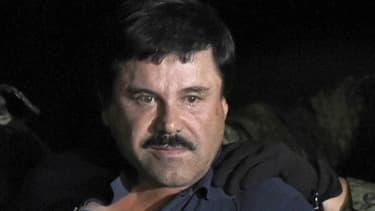 """Le baron mexicain de la drogue Joaquin """"El Chapo"""" Guzman lors de son arrestation après six mois de cavale, le 8 janvier 2016 à l'aéroport de Mexico"""