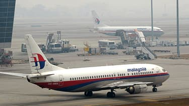 Deux avions de Malaysia Airlines stationnent sur le tarmac de l'aéroport de Kuala Lumpur