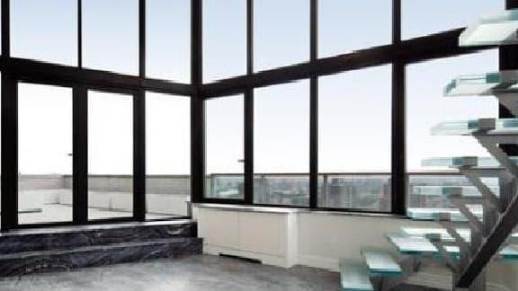 La baie vitrée et la vue sur le fleuve