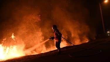 Un pompier durant les incendies au Portugal, le 16 octobre 2017