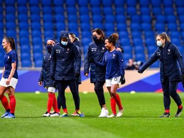 Corinne Diacre et les joueuses de l'équipe de France