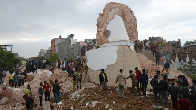 Sous la violence des secousses, la tour historique de Dharhara s'est effondrée à Katmandou.