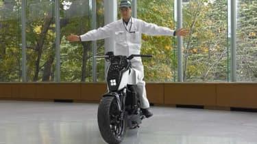 Honda a présenté au CES une moto qui s'auto-équilibre, et ne demande donc pas de poser le pied par terre au feu, ou de la garer avec une béquille.