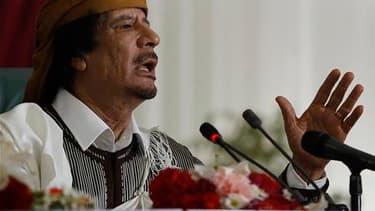 Le Conseil national libyen formé par les insurgés a rejeté l'offre d'un émissaire de Mouammar Kadhafi qui proposait des négociations sur le départ du dirigeant libyen. /Photo prise le 2 mars 2011/REUTERS/Ahmed Jadallah