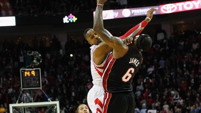 Dwight Howard assène un coup de coude dans le nez déjà cassé de LeBron James