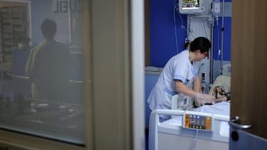 Une infirmière donne des soins à un patient dans un hôpital (illustration) -