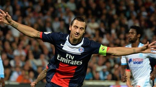 L'attaquant parisien Zlatan Ibrahimovic fête son but marqué par penalty contre l'OM à Marseille le 6 octobre 2013.