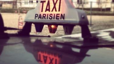 Signal lumineux sur un taxi parisien.