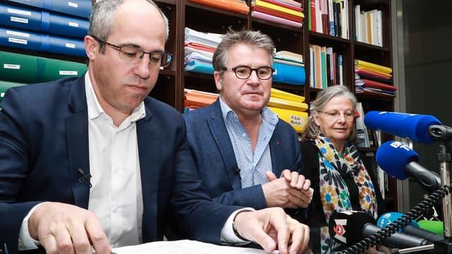 Paul Francois (au centre) avec son avocat Francois Lafforgue (à gauche), et la sociologue de la santé Annie Thebaud-Mony (à droite),