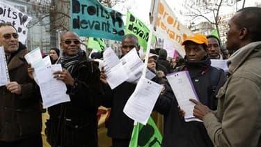 Lors d'une manifestation de travailleurs sans-papiers à Paris en février dernier. Après sept mois de grève, les représentants d'environ 6.000 travailleurs sans-papiers établis en France ont obtenu l'ouverture de nouvelles négociations avec le gouvernement