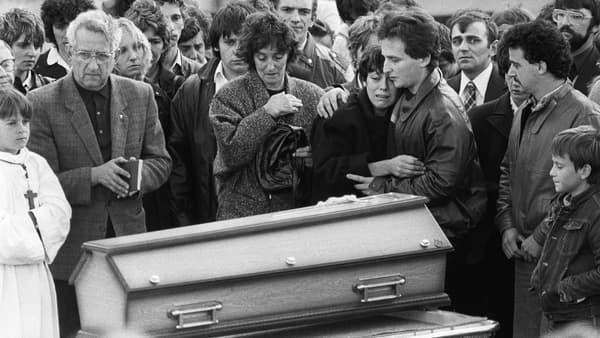 Au premier plan, les parents du petit Grégory, effondrés, le jour de ses funérailles.