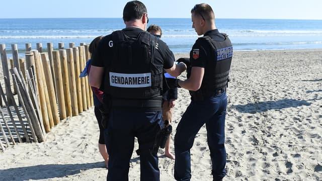 Des gendarmes qui procèdent à des verbalisations pendant la période de confinement, à Carnon le 19 mars 2020