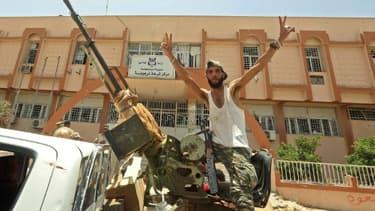 Un combattant loyal au Gouvernement d'union national (GNA) fait le V de la victoire le 5 juin 2020 à Tarhouna, ville située à 80 km au sud de la capitale libyenne Tripoli et reprise aux forces du maréchal Haftar