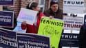 Des supporters de Donald Trump et Bernie Sanders, le 9 février, devant un bureau de vote de Manchester, dans le New Hampshire.