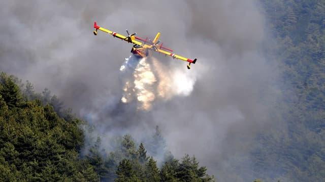 Un Canadair intervient au-dessus d'un incendie en Corse le 03 août 2017 (image d'illustration)