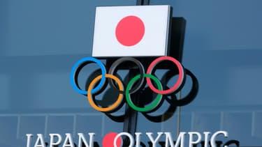 Le logo des Jeux olympiques japonais s'affiche à l'entrée du Musée de Tokyo, le 4 février 2021 dans le cadre d'une campagne de sensibilisation