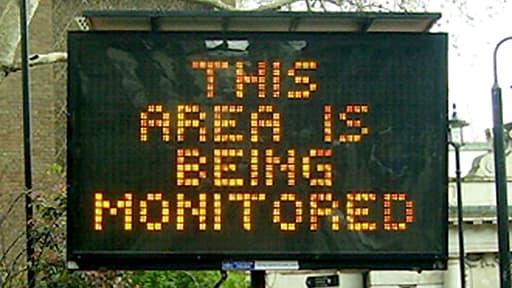 """""""Ce périmètre est surveillé"""", un panneau, à Londres."""
