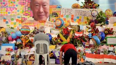 Des habitants de Singapour se recueillent devant un portrait de Lee Kuan Yew