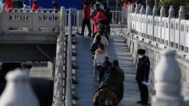 Des habitants de Pékin font la queue pour procéder à un dépistage au Covid-19, lundi 11 janvier 2021