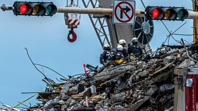 Des équipes fouillent le site d'un immeuble effondré à Surfside, le 2 juillet 2021