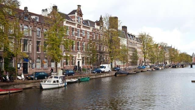 Le centre-ville d'Amsterdam: des canaux, des vélos et encore quelques voitures... mais pour combien de temps?