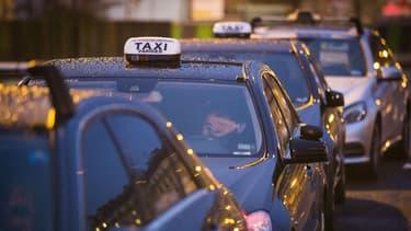 """La loi Grandguillaume qui passera en novembre au Sénat mettra fin à la possibilité des taxis de travailler comme VTC. Les taxis sont contents, Uber s'insurge contre la fin de cette """"concurrence""""."""