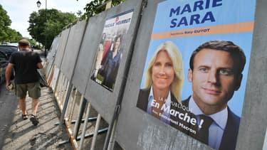 Un panneau électoral avec l'affiche d'une candidate investie par La République en marche.