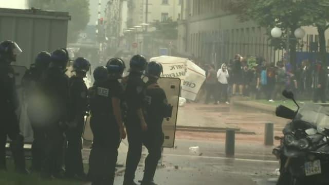 Les forces de l'ordre ont essuyé des jets de projectiles à proximité de la Place Bellecour à Lyon lors d'une manifestation contre le pass sanitaire, le 24 juillet 2021.