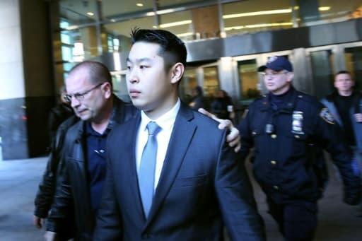 L'officier de police Peter Liang sort du tribunal le 11 février 2015 à New-York