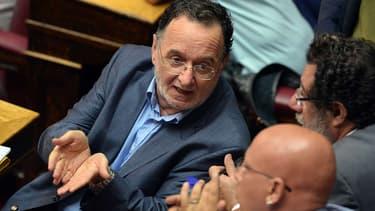 Panagiotis Lafazanis discute avec d'autres élus lors d'une séance au Parlement