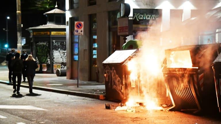 Traîtres et Criminels au pouvoir - Ils ont tous pris l' hydroxychloroquine ! Poubelles-incendiees-lors-dune-manifestation-de-membres-de-lextreme-droite-protestant-contre-le-couvre-feu-a-Rome-le-24-octobre-2020-415731