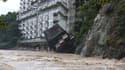 Le pan d'un hôtel de la ville de Nikko, au nord de Tokyo, s'écroule dans les eaux, le 10 septembre 2015.